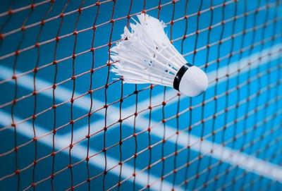 Wykonanie siatek sportowych Symar na boisku sportowym do badmintona