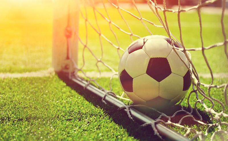 Prawidłowo zamontowana siatka dobramki dopiłki nożnej, zamocowana nametalowych zaczepach.