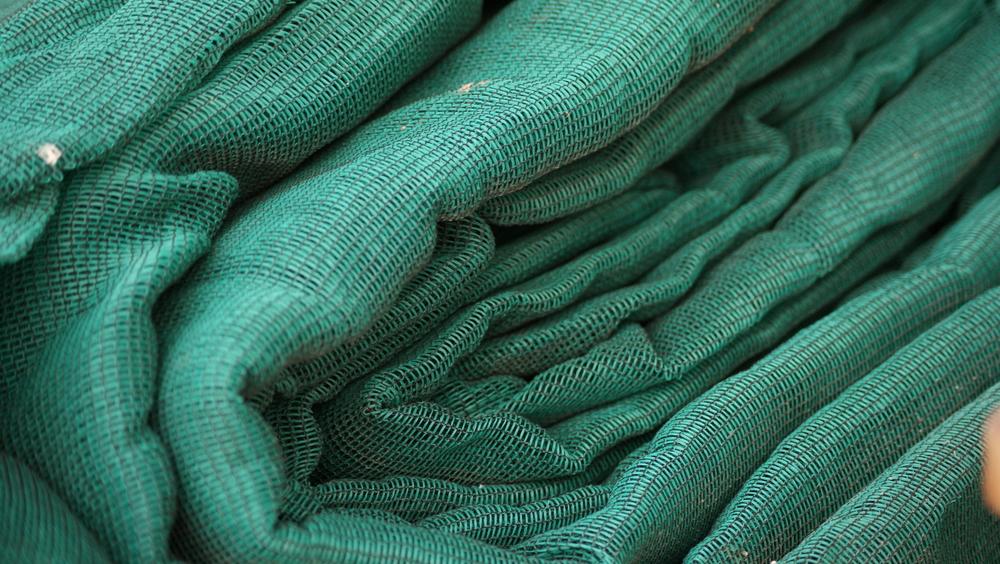 Zielona siatka maskująca na płot o bardzo gęstym splocie
