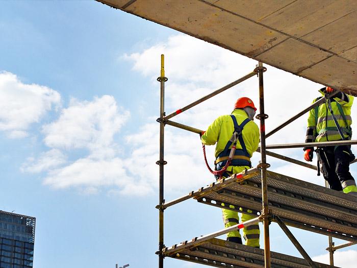 Pracownicy budowlani narusztowaniu