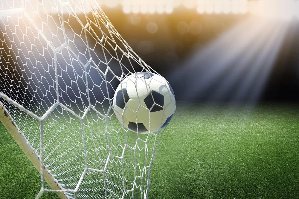 Na koniec warto przyjrzeć się standardowym parametrom technicznym najpopularniejszych siatek do bramki z podziałem na poszczególne dyscypliny. Siatki na bramki do piłki nożnej - na boiskach profesjonalnych używa się siatek o wymiarach 7,32 m x 2,44 m. Przy młodzieżowej piłce nożnej jest to 5,10 m x 2,10 m. Siatka na bramki do piłki ręcznej – najczęściej ma wymiary 3,10 m x 2,10 m. Siatka do bramki hokejowej i unihokejowej najczęściej mają 1,83 m x 1,22 m. Pamiętaj jednak, że czasem używana bramka – zwłaszcza na boiskach amatorskich – może mieć odmienne rozmiary. Wówczas wystarczy złożyć zamówienie – przygotujemy siatkę o takich wymiarach, jakie są potrzebne.