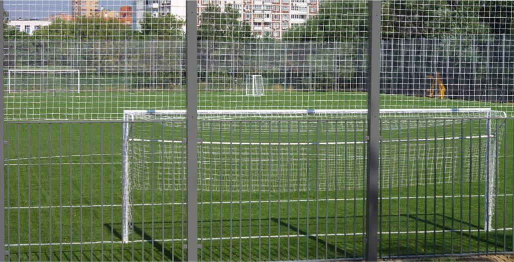 Ogrodzenie boiska sportowego podwyższone siatką polietylenową