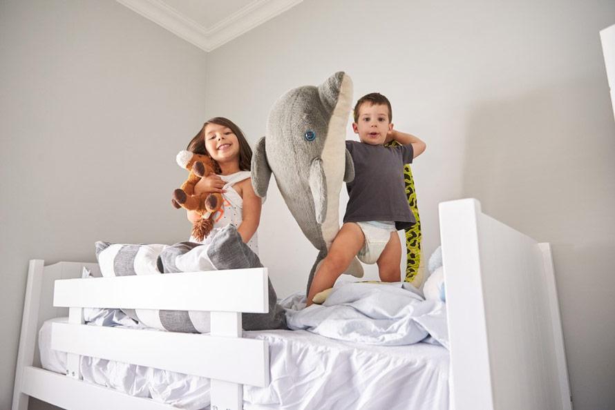 Dzieci bawią się w łóżku piętrowym - symar.pl